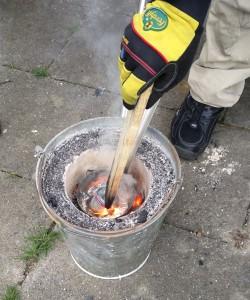 Einschmelzen einer Dose, die gelben Flammen sind verbrennende Farben und Getränkereste.